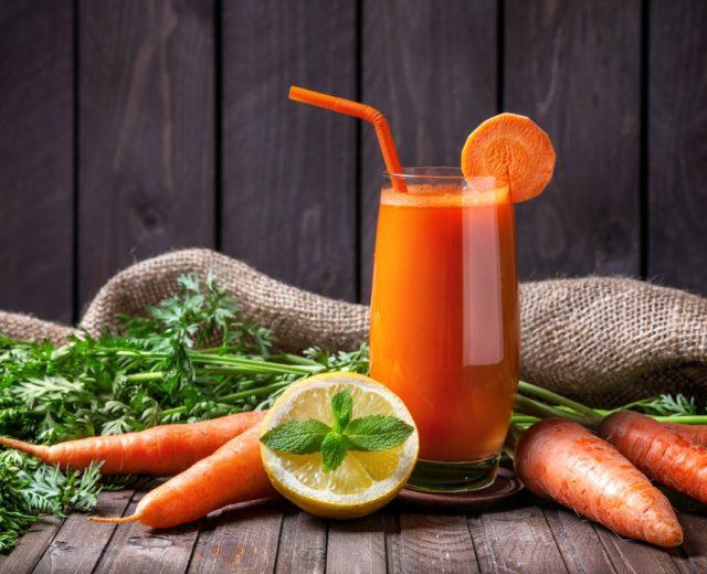 Suco energizante de laranja com cenoura e limão