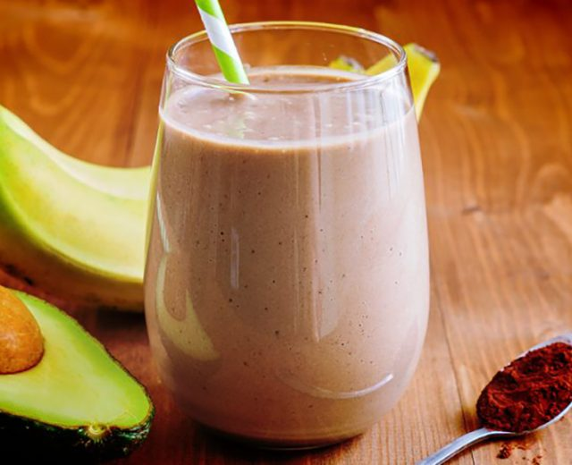 Vitamina de abacate, chocolate e banana