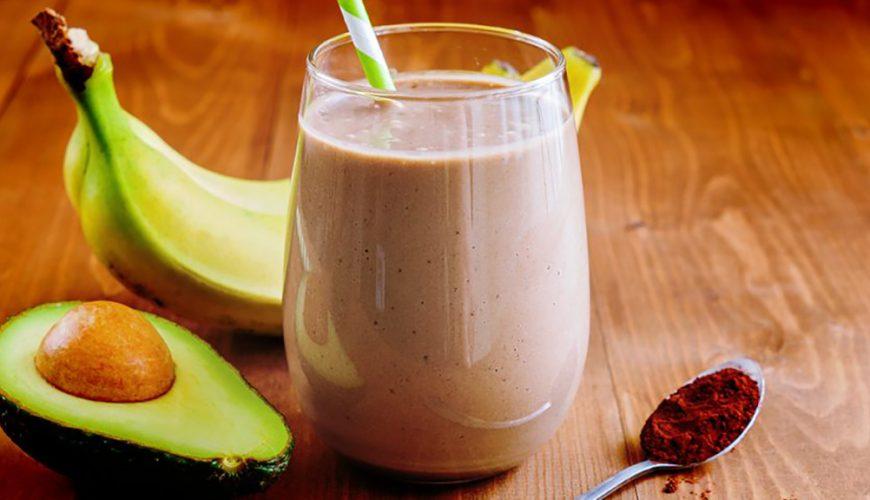 Vitamina de abacate, chocolate e banana